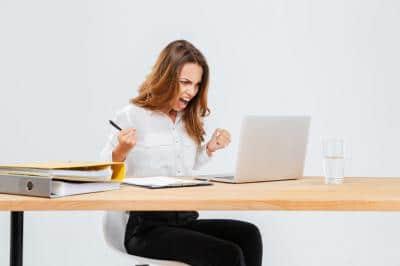 Kobieta się złości w wyniku nie włączenia laptopa